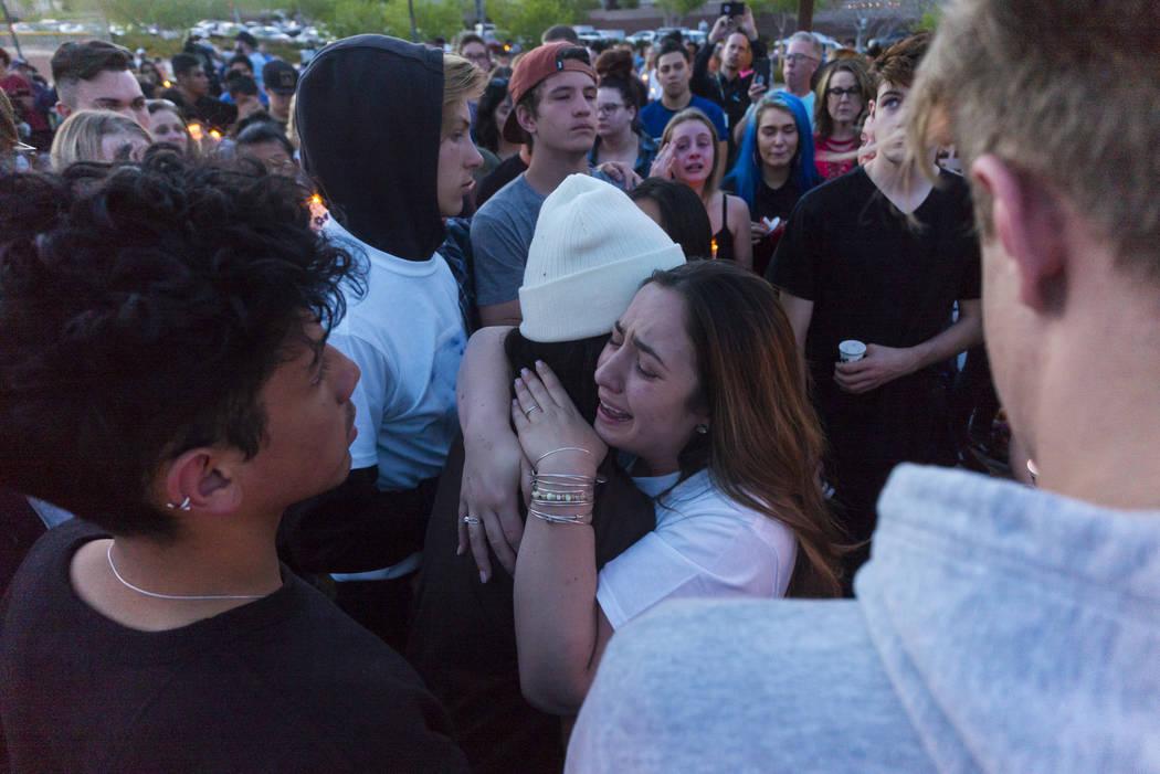 """Allie Rossi, a la derecha, lamenta la pérdida de su hermano, Albert """"A.J."""" Rossi, mientras abrazaba a Alexis Vargas durante un velorio a la luz de las velas en Knickerbocker Park en Las Vegas el  ..."""