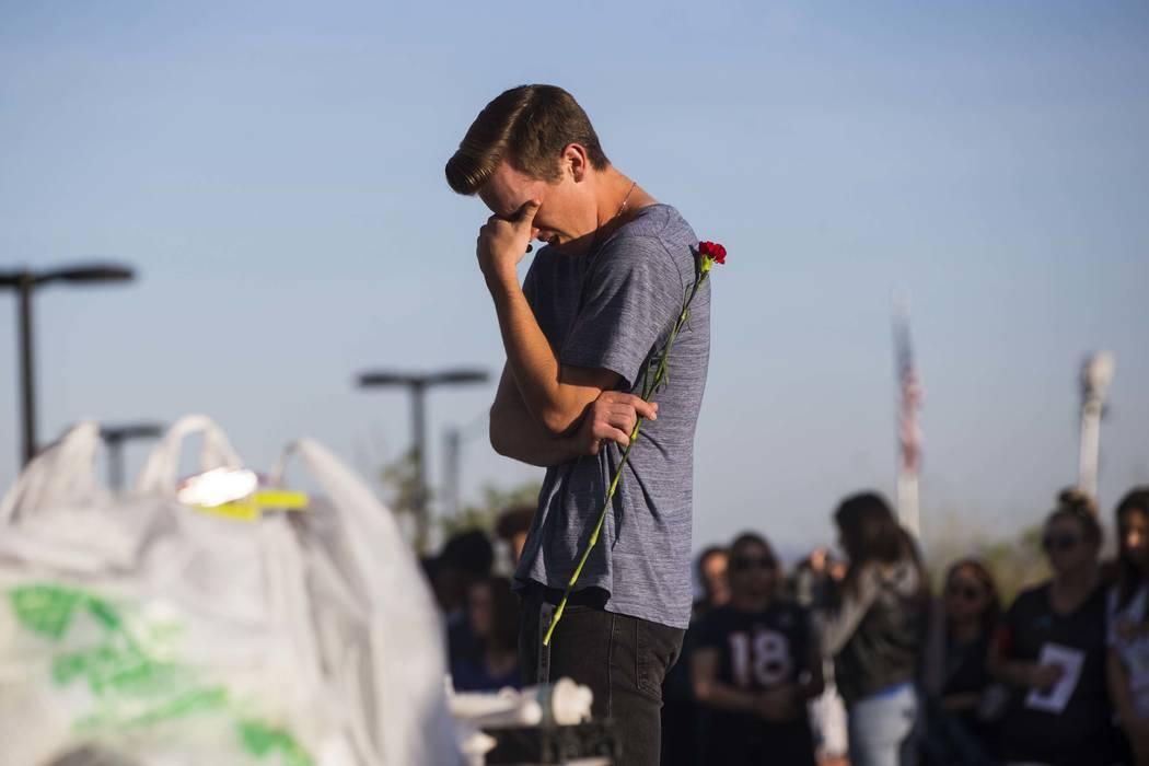 Un asistente reacciona durante un velorio en Knickerbocker Park en Las Vegas el viernes 30 de marzo de 2018 para los estudiantes de Centennial High School Albert ÒA.J.Ó Rossi, Dylan Mack y Brook ...