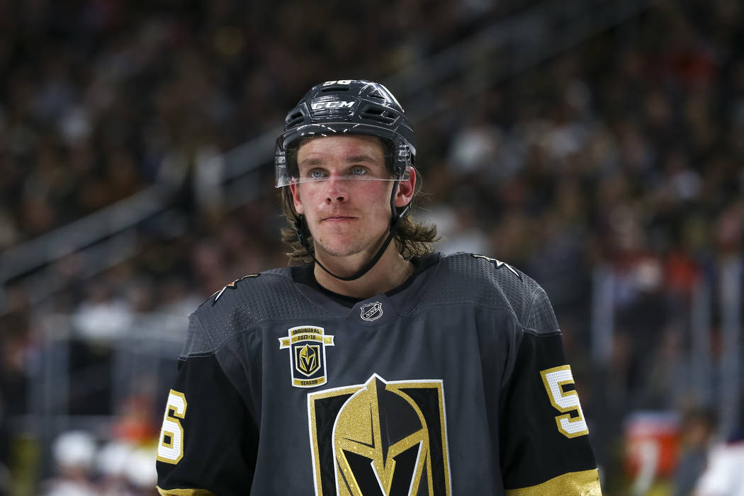 Vegas Golden Knights dejó al ala Erik Haula (56) en el hielo durante el segundo periodo de un juego de hockey NHL entre los Vegas Golden Knights y los Edmonton Oilers en la Arena T-Mobile en Las  ...