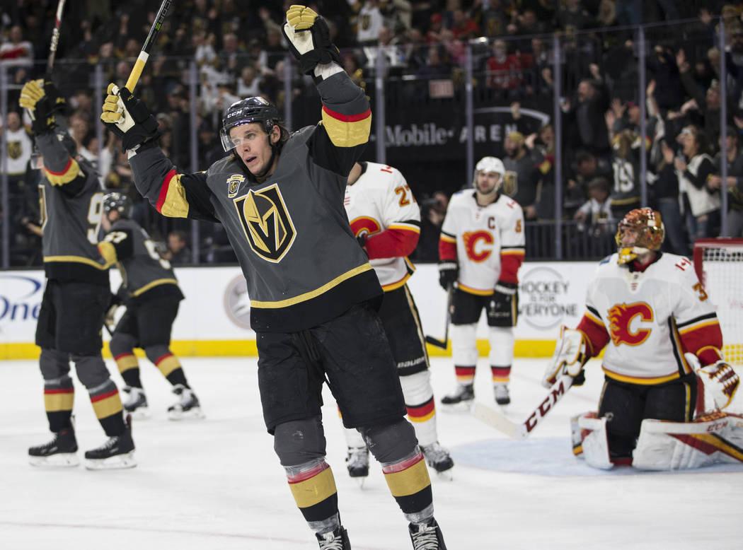 El ala izquierda de Vegas Golden Knights Erik Haula (56) celebra un puntaje durante el tercer periodo de un juego de hockey de la NHL en la Arena T-Mobile en Las Vegas, el miércoles 21 de febrero ...