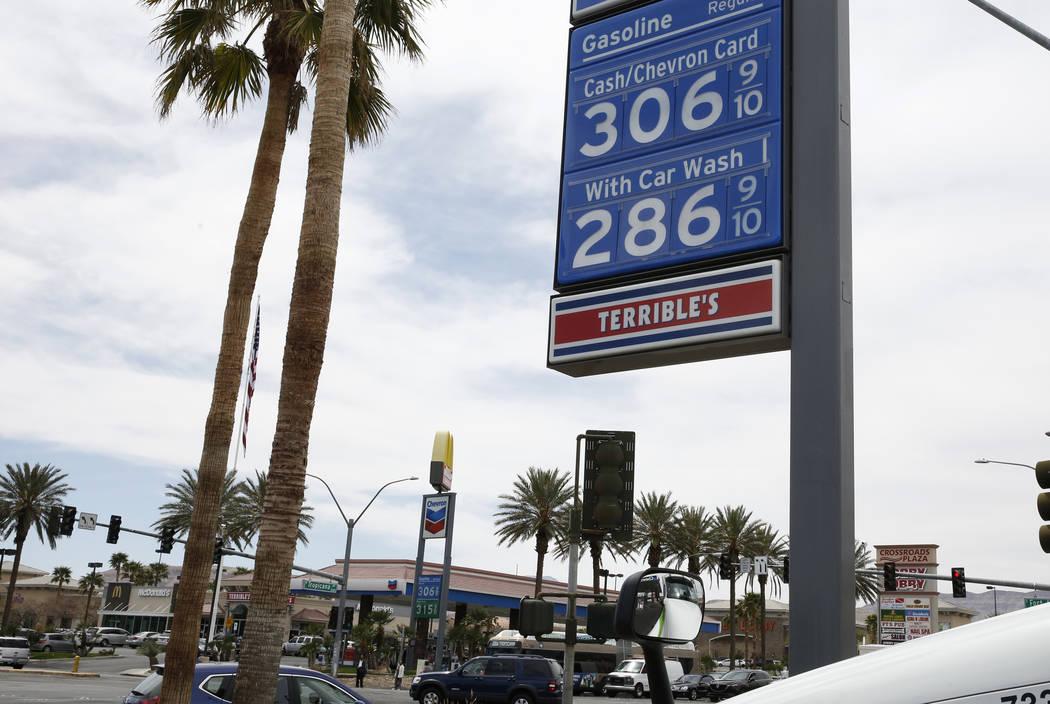 Los precios del combustible se encuentran en las gasolineras Chevron en la intersección de Tropical Avenue y Fort Apache Road el lunes 2 de abril de 2018 en Las Vegas. (Bizuayehu Tesfaye / Las Ve ...