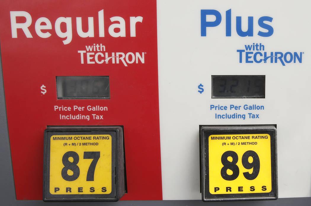 Los precios del combustible se encuentran en la gasolinera Chevron en la intersección de Tropical Avenue y Fort Apache Road el lunes 2 de abril de 2018 en Las Vegas. (Bizuayehu Tesfaye / Las Vega ...
