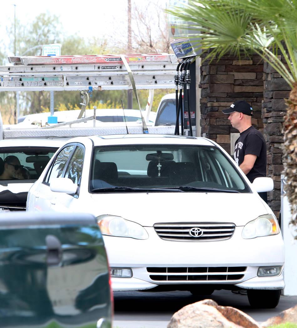 Un cliente bombea combustible en la gasolinera Chevron en la intersección de Tropical Avenue y Fort Apache Road el lunes 2 de abril de 2018 en Las Vegas. (Bizuayehu Tesfaye / Las Vegas Review-Jou ...