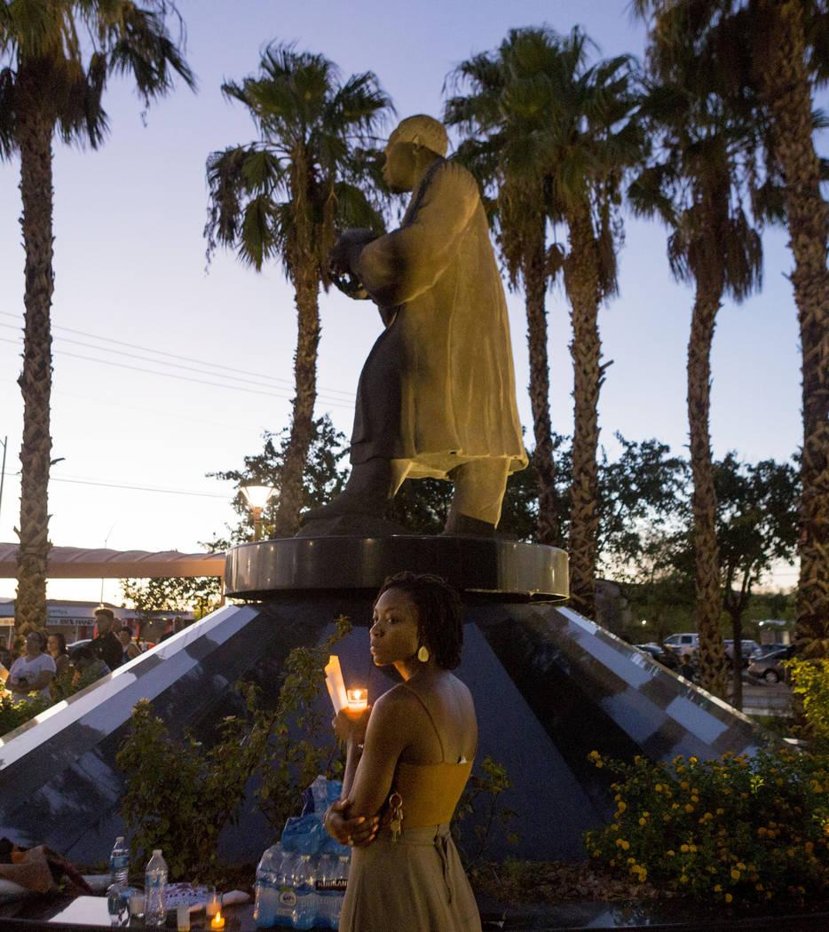 Aja Hawkins participa en un velorio en la estatua de Martin Luther King Jr. en North Las Vegas el 13 de agosto de 2017, para las víctimas de violencia en una protesta de Charlottesville, Virginia ...