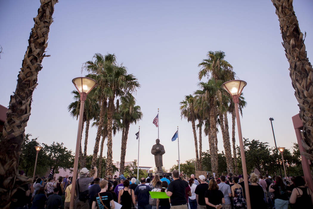 Personas asisten a un velorio en la estatua de Martin Luther King Jr. en North Las Vegas el 13 de agosto de 2017. (Elizabeth Brumley / Las Vegas Review-Journal)