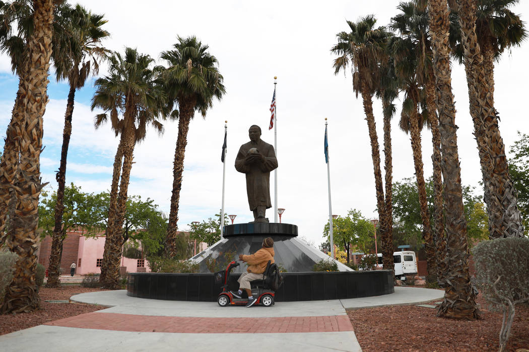 "Walter ""Mista"" Kinchen, izquierda, y Eddie Ashley en la estatua de Martin Luther King Jr. cerca de la intersección de Martin Luther King Boulevard y Carey Avenue en North Las Vegas el miércoles  ..."