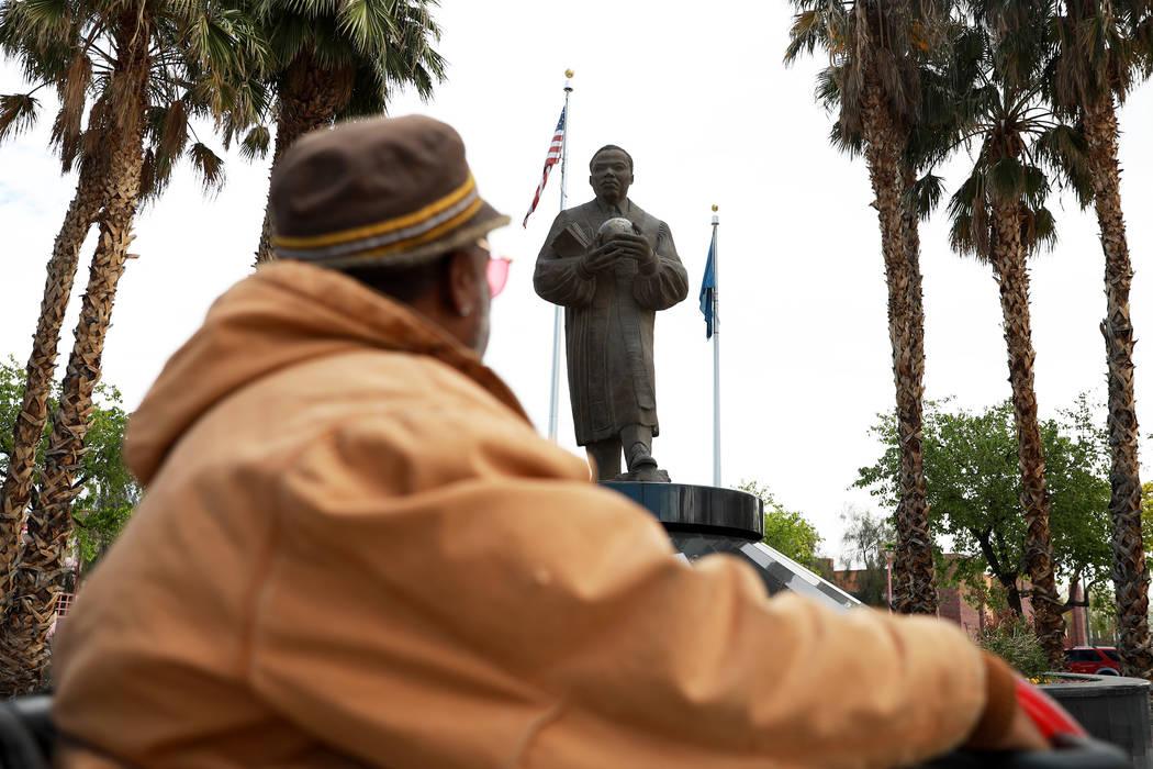 """Walter """"Mista"""" Kinchen mira la estatua de Martin Luther King Jr. cerca de la intersección de Martin Luther King Boulevard y Carey Avenue en North Las Vegas el 21 de marzo de 2018. (Andrea Cornejo ..."""
