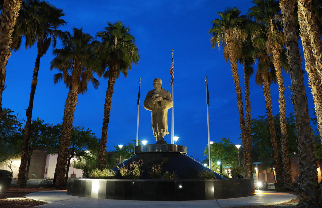 Una vista de la estatua del Dr. Martin Luther King cerca de la intersección de Martin Luther King Boulevard y Carey Avenue en North Las Vegas el jueves 29 de marzo de 2018. (Andrea Cornejo Las Ve ...