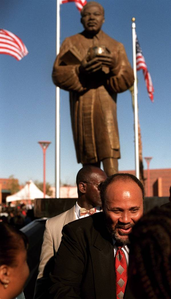 Martin Luther King III habla con admiradores después de la inauguración de una estatua de su padre en North Las Vegas en 2001. (Ralph Fountain / Las Vegas Review-Journal)