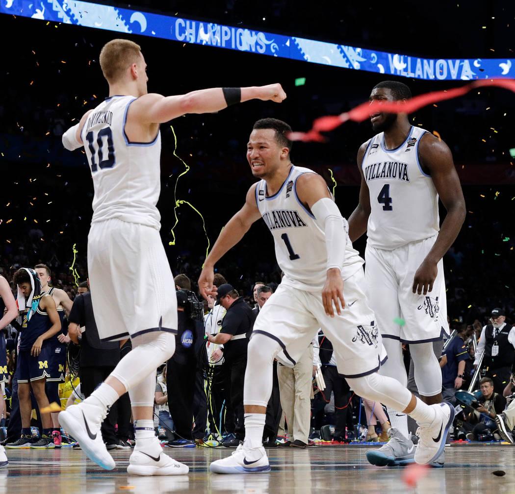 Donte DiVincenzo (10) y Jalen Brunson (1) de Villanova celebran después del juego de campeonato del torneo de baloncesto universitario Final Four de la NCAA contra Michigan, el lunes 2 de abril d ...
