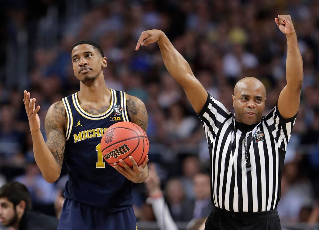 Charles Matthews (1) de Michigan reacciona a una falta durante la segunda mitad en el juego de campeonato del torneo de baloncesto universitario Final Four de la NCAA contra Villanova, el lunes 2  ...