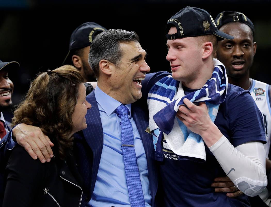 El entrenador en jefe de Villanova Jay Wright celebra con el guardia Donte DiVincenzo, a la derecha, después de vencer a Michigan 79-62 en el juego de campeonato del torneo de baloncesto universi ...