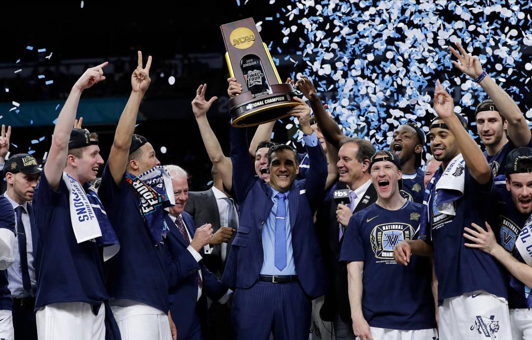 El entrenador en jefe de Villanova, Jay Wright, en el centro, celebra con su equipo después de derrotar a Michigan 79-62 en el juego de campeonato del torneo de baloncesto universitario Final Fou ...