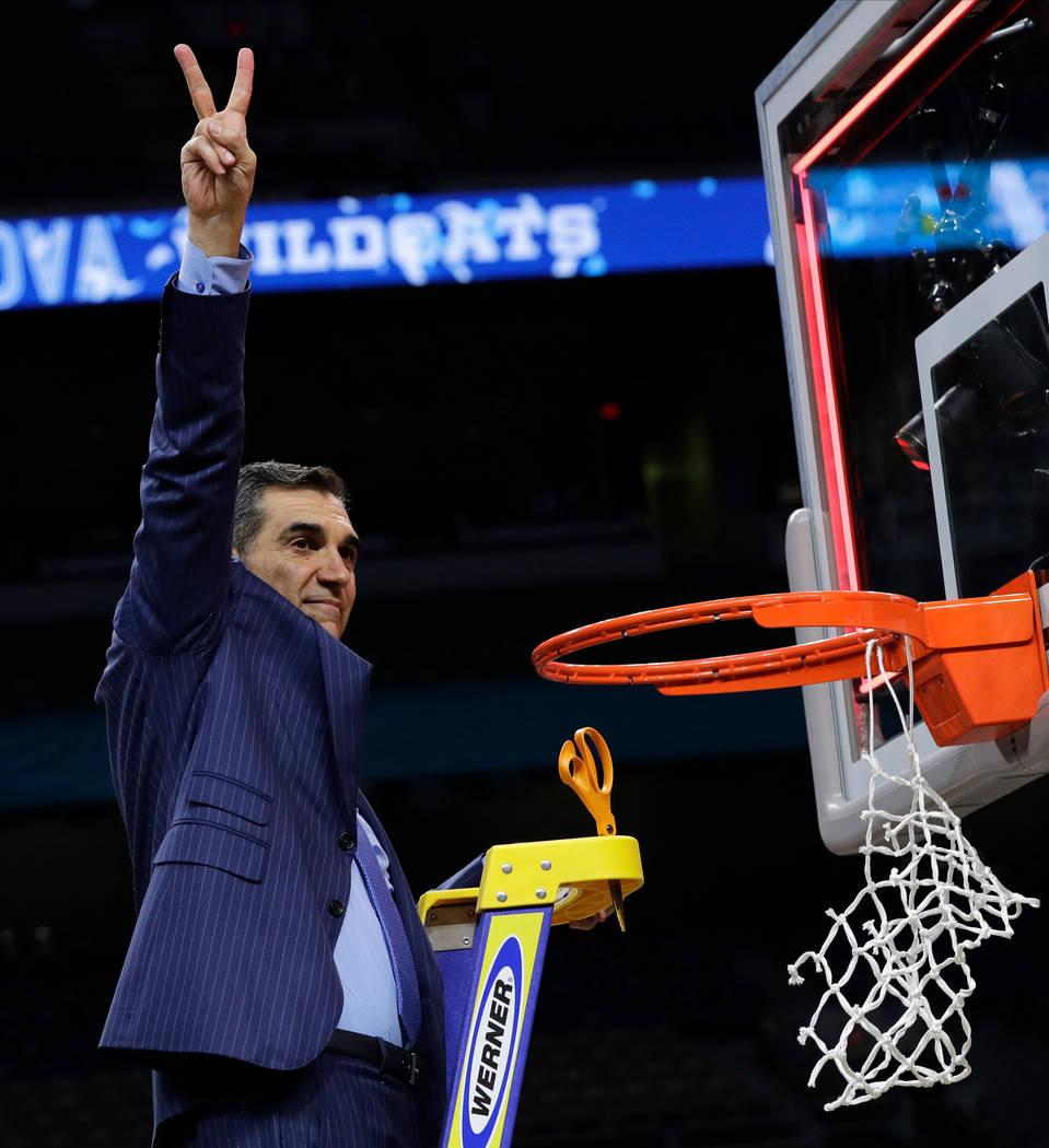 El entrenador en jefe de Villanova, Jay Wright, celebra después de cortar la red después de vencer a Michigan 79-62 en el juego de campeonato del torneo de baloncesto universitario Final Four de ...