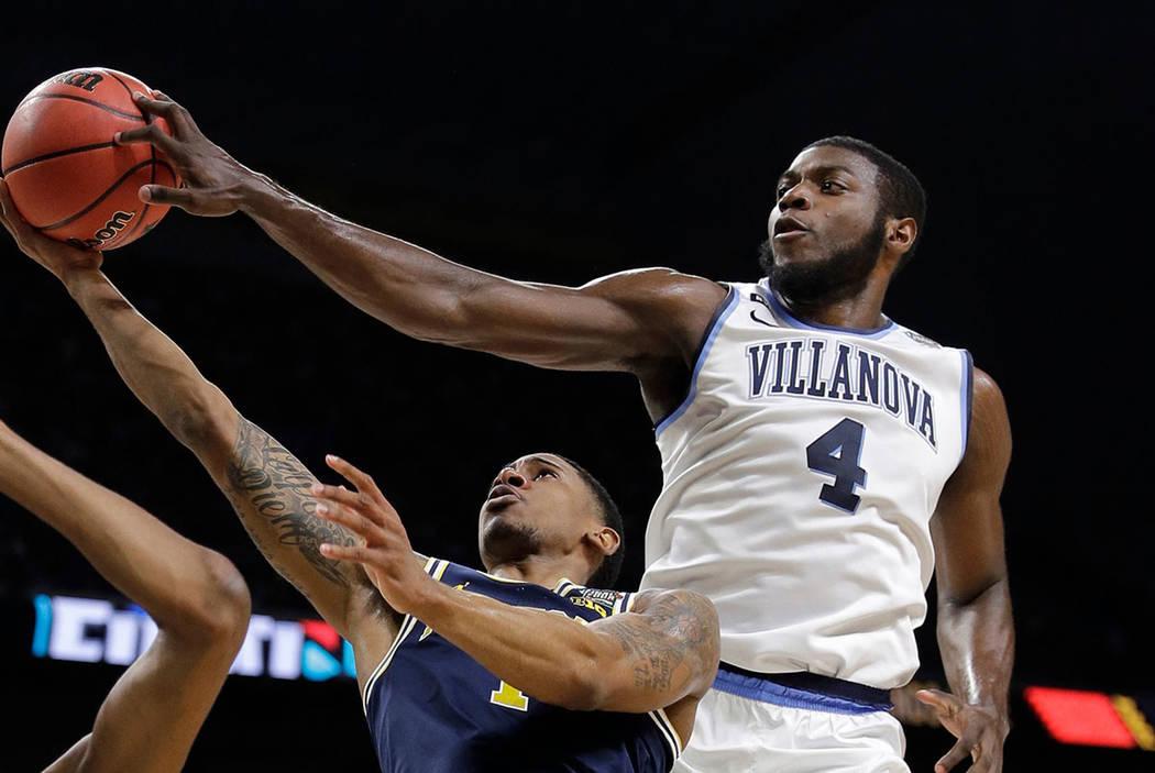 Eric Paschall (4) de Villanova bloquea un tiro de Charles Matthews de Michigan durante la primera mitad en el juego de campeonato del torneo de baloncesto colegial de la Final Four de la NCAA, el  ...