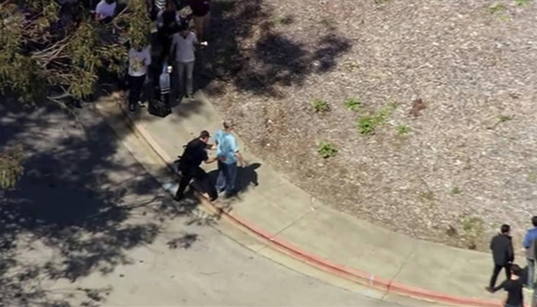 Esta imagen tomada de video de KGO-TV muestra que una persona es registrada mientras la policía responde a los informes de un tiroteo en la sede de YouTube en la ciudad de San Bruno, California,  ...