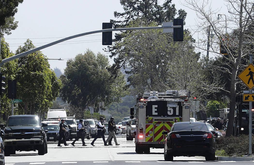 Los agentes caminan cerca de una oficina de YouTube en San Bruno, California, el martes 3 de abril de 2018. La policía en el norte de California está respondiendo a los informes de un tiroteo en ...