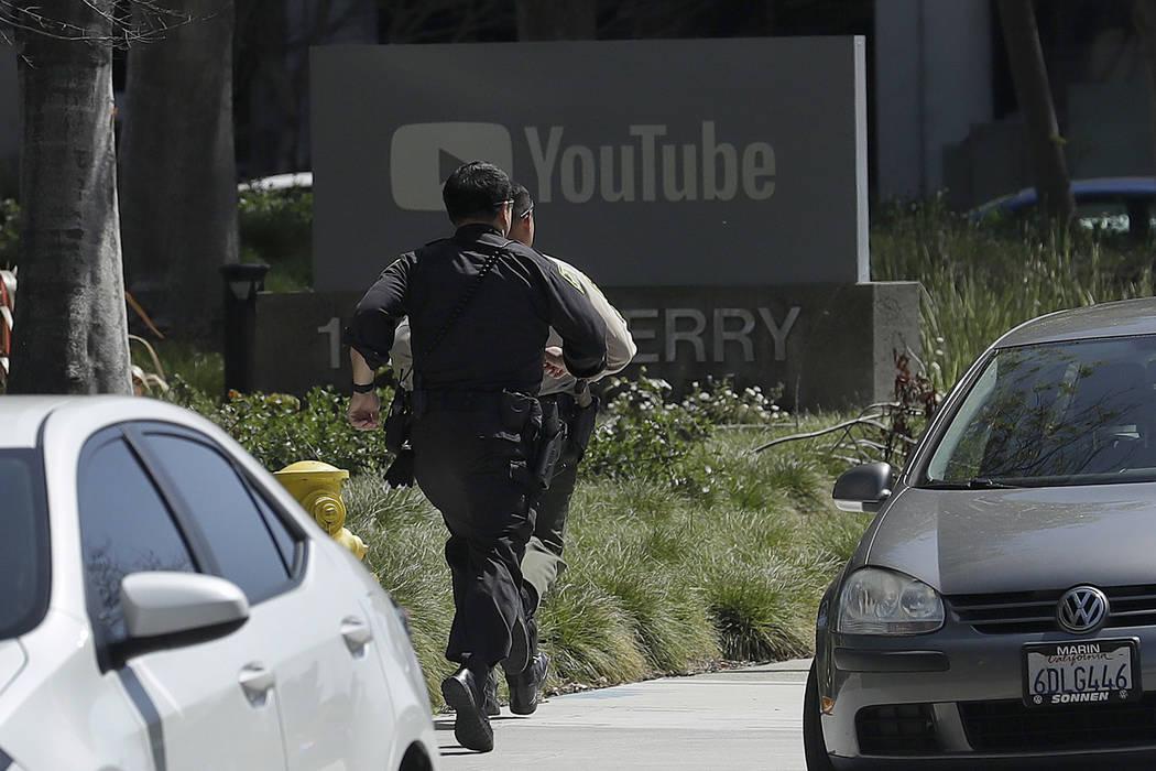 Los oficiales corren hacia una oficina de YouTube en San Bruno, California, el martes 3 de abril de 2018. La policía y funcionarios federales han respondido a los informes de un tiroteo el martes ...