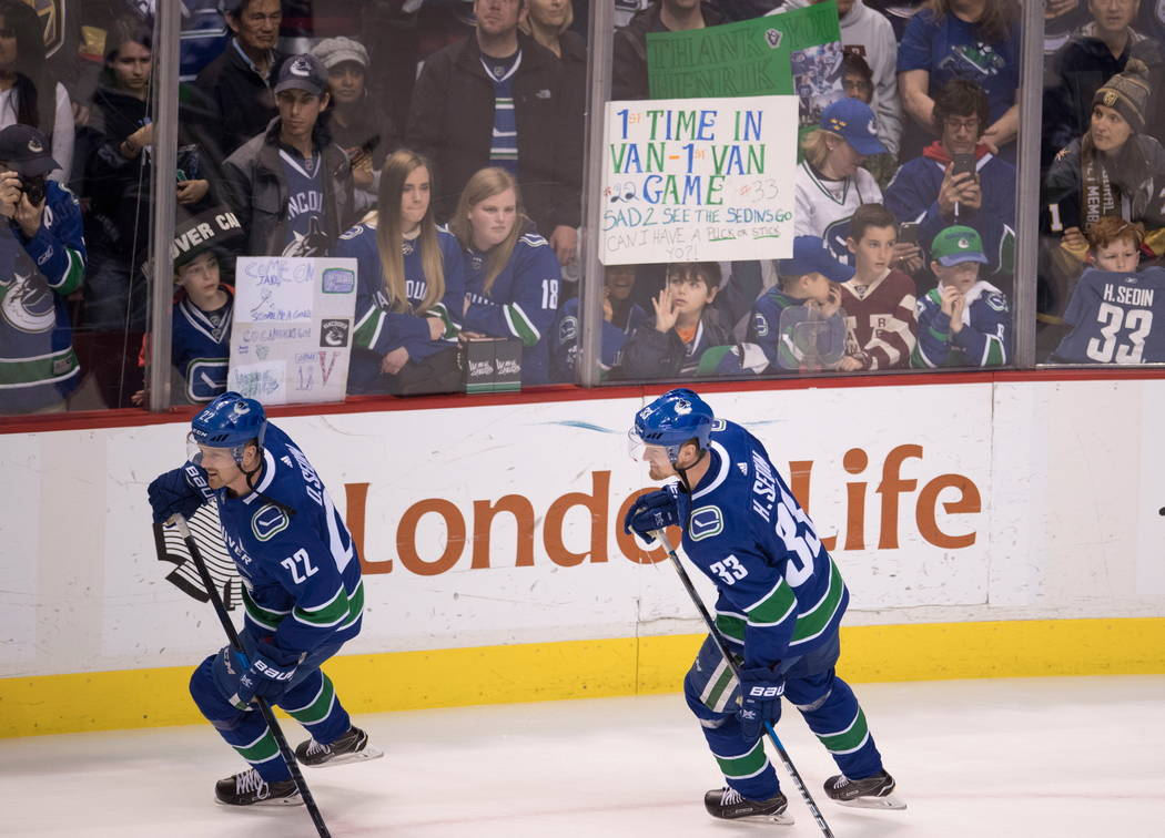 Daniel Sedin (22) de Vancouver Canucks y Henrik Sedin (33) entrenan para el juego de hockey de la NHL contra Vegas Golden Knights en Vancouver, British Columbia, el martes 3 de abril de 2018. (Jon ...