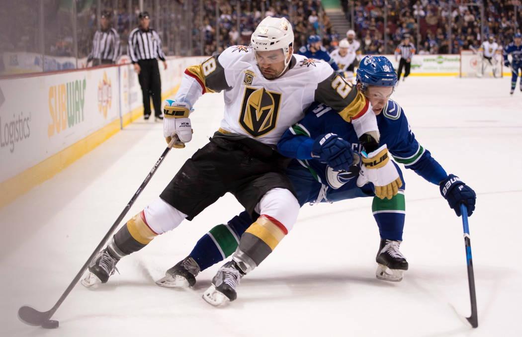 El extremo izquierdo de Vegas Golden Knights William Carrier (28) defiende al defensa Troy Stecher (51) de Vancouver Canucks durante el primer periodo de un juego de hockey de la NHL el martes 3 d ...