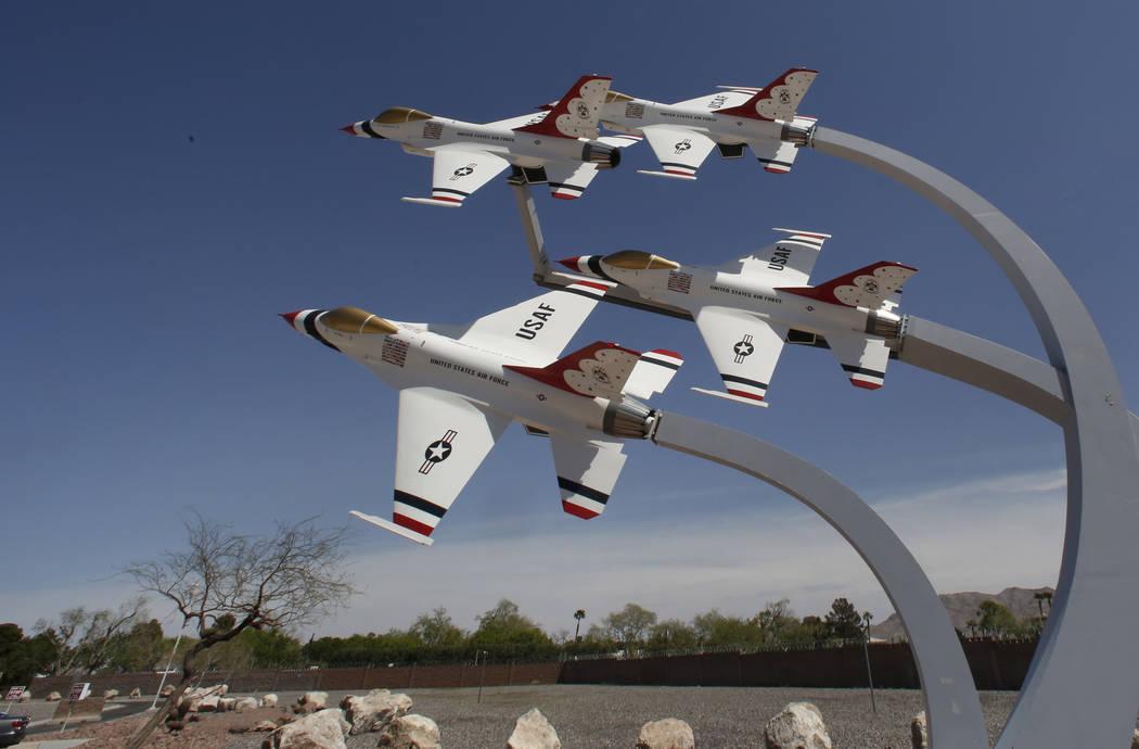 Una exhibición de aviones de la Fuerza Aérea Thunderbird de los EE. UU. Cerca del puesto de control de entrada principal en la Base Nellis de la Fuerza Aérea en Las Vegas el miércoles 4 de abr ...
