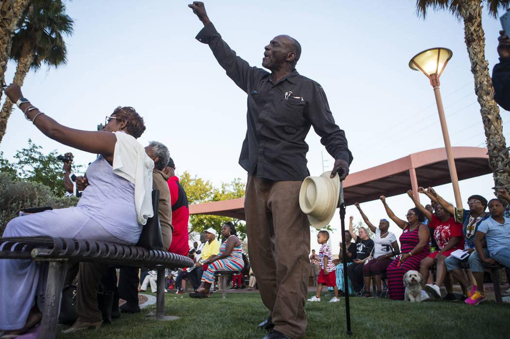Edward McKinley Smith, de 63 años, centro, reacciona con otros durante un discurso del Ministro Stretch Sanders, no fotografiado, durante una vigilia celebrada en honor del Dr. Martin Luther King ...