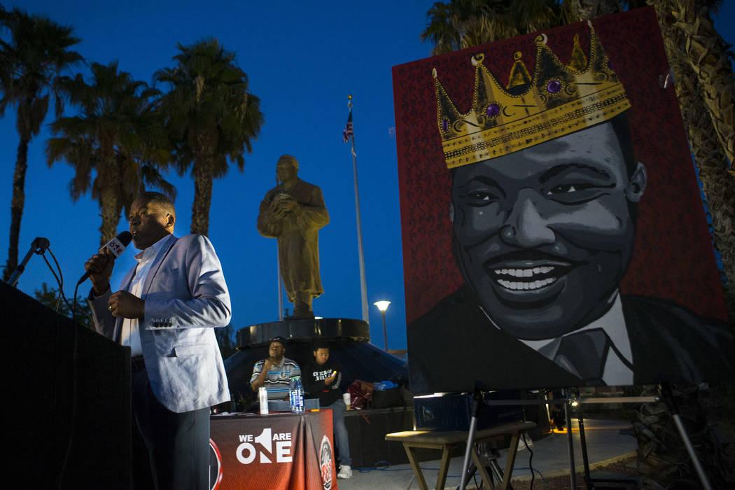 El comisionado del condado de Clark Lawrence Weekly habla durante un velorio celebrado en honor del Dr. Martin Luther King Jr. en la estatua que hizo en su memoria en North Las Vegas el miércoles ...