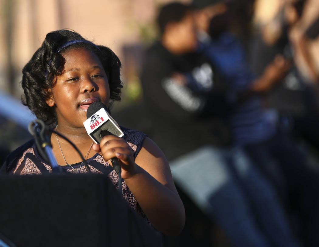 Alyssa Taylor, de 10 años, canta durante un velorio celebrado en honor del Dr. Martin Luther King Jr. en la estatua que hizo en su memoria en North Las Vegas el miércoles 4 de abril de 2018. Cha ...
