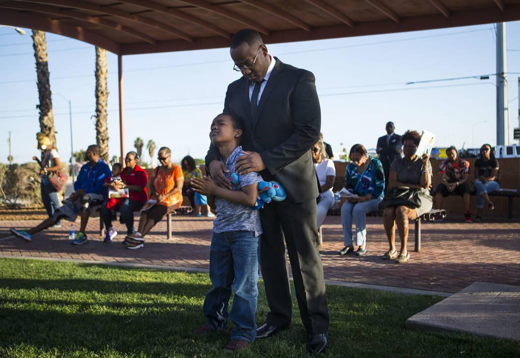 Los asistentes se reúnen para una oración durante un velorio celebrado en honor del Dr. Martin Luther King Jr. en la estatua que se hizo en su memoria en North Las Vegas el miércoles 4 de abril ...