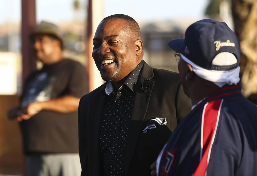 El asambleísta de Nevada Tyrone Thompson, D-North Las Vegas, en el centro, durante un velorio celebrado en honor del Dr. Martin Luther King Jr. en la estatua hecha en su memoria en North Las Vega ...