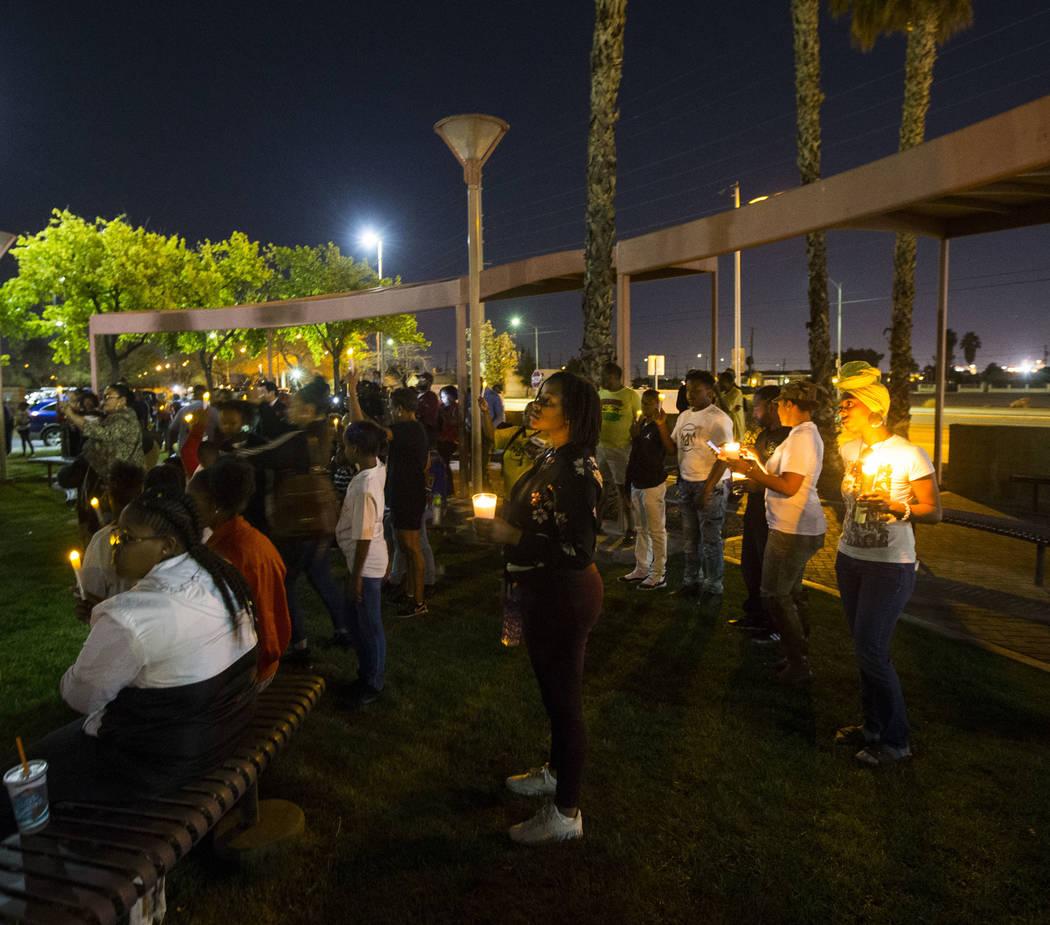 Los asistentes levantan velas durante un velorio celebrado en honor del Dr. Martin Luther King Jr. en la estatua que se hizo en su memoria en North Las Vegas el miércoles 4 de abril de 2018. Chas ...
