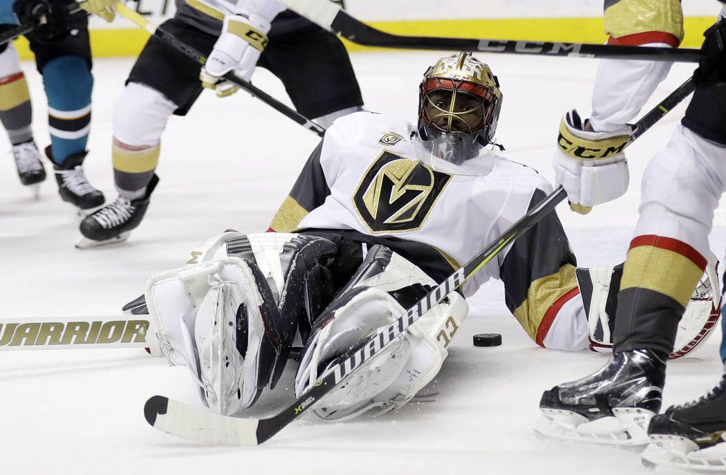 El portero de Vegas Golden Knights: Malcolm Subban (30) salva a los San Jose Sharks durante el segundo periodo de un juego de hockey de la NHL el jueves 22 de marzo de 2018 en San José, Californi ...