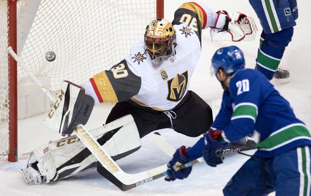 El centro de Vancouver Canucks Brandon Sutter (20) supera al portero de Vegas Golden Knights: Malcolm Subban (30) durante el tercer periodo de un partido de hockey de la NHL el martes 3 de abril d ...