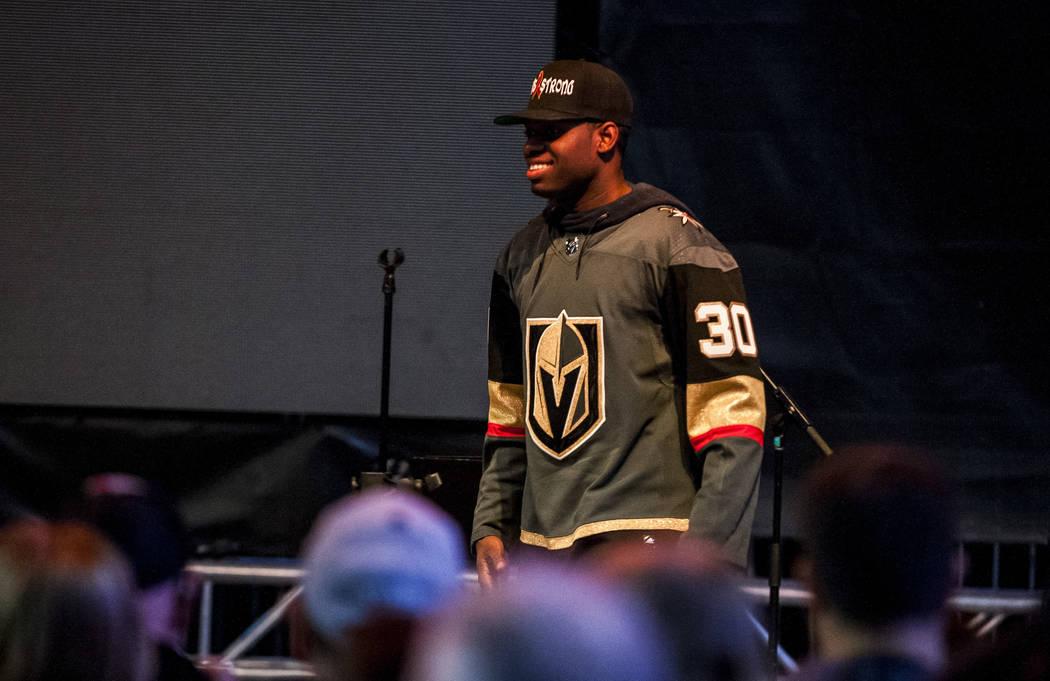 El portero de Vegas Golden Knights, Malcolm Subban (30) hace una aparición durante una reunión en la PlazaToshiba, fuera de la Arena T-Mobile, el miércoles 28 de febrero de 2018. Patrick Connol ...