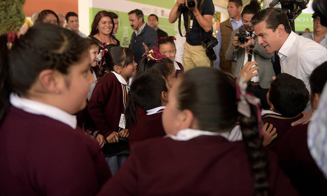 """Durante su visita a la Escuela Primaria Federalizada """"Cuauhtémoc"""", con motivo del regreso a clases de más de 25 millones de alumnos después de la Semana Santa, el Presidente de México, En ..."""