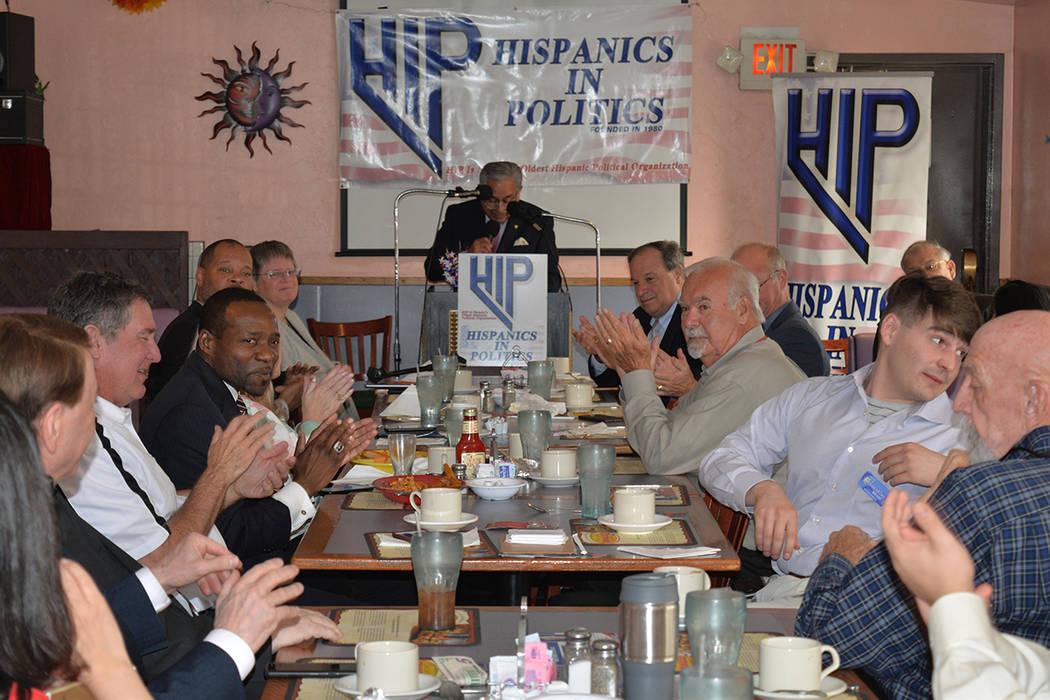 El presidente de Hispanic In Politics, Fernando Romero, moderó la presentación de Cedric Crear, el miércoles 4 de abril de 2018. Foto Frank Alejandre / El Tiempo.