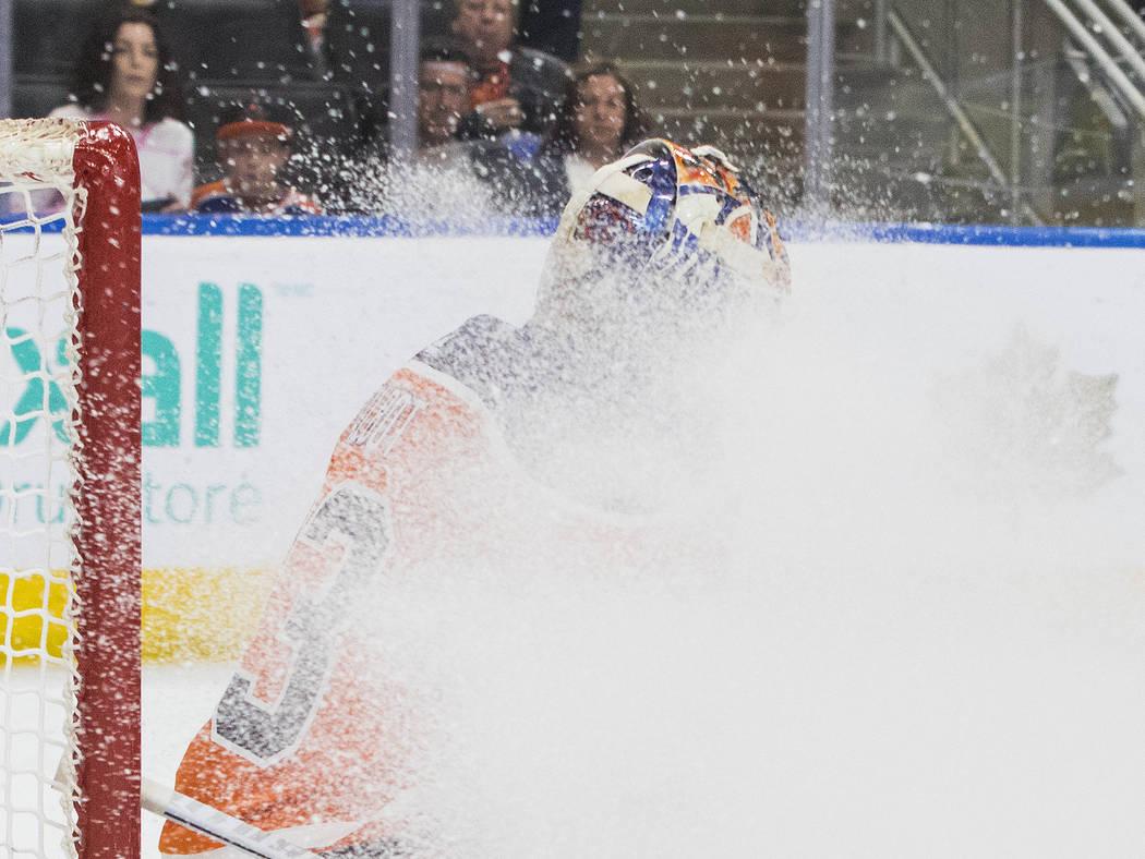 El portero de Edmonton Oilers, Cam Talbot (33) queda nevado durante la acción del primer juego de hockey de la NHL contra los Vegas Golden Knights en Edmonton, Alberta, el jueves 5 de abril de 20 ...