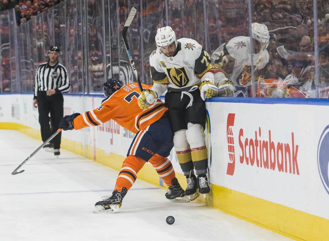 Brandon Pirri (73) de Vegas Golden Knights es revisado por Ethan Bear (74) de Edmonton Oilers durante el primer juego de hockey de la NHL en Edmonton, Alberta, el jueves 5 de abril de 2018. (Amber ...