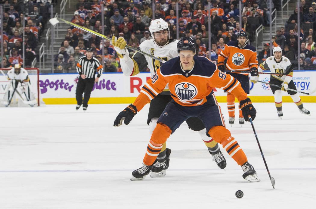 Alex Tuch de Vegas Golden Knights (89) persigue a Jesse Puljujarvi de Edmonton Oilers (98) durante el primer juego de hockey de la NHL en Edmonton, Alberta, el jueves 5 de abril de 2018. (Amber Br ...