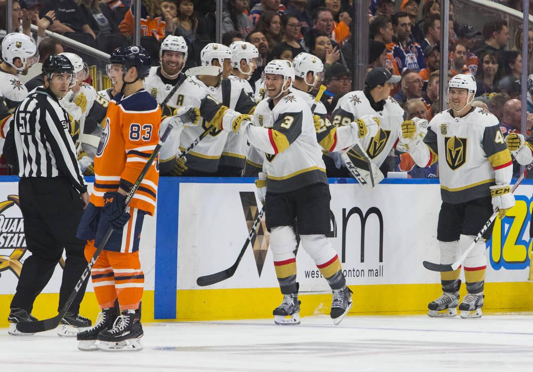 Brayden McNabb (3) de Vegas Golden Knights y Ryan Carpenter (40) celebran su gol mientras Matthew Benning (83) de Edmonton Oilers patina durante la acción del juego de hockey de la NHL en Edmonto ...
