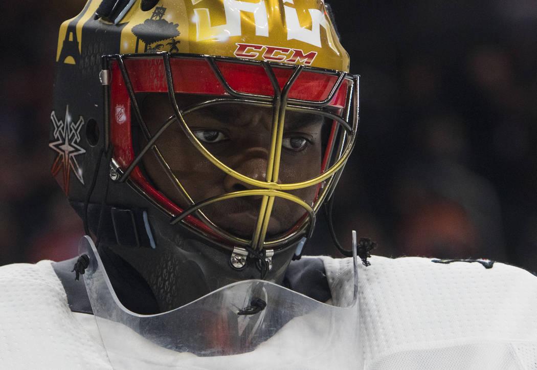 El portero de Vegas Golden Knights Malcolm Subban (30) observa durante la acción del juego de hockey de la NHL del segundo período contra Edmonton Oilers en Edmonton, Alberta, el jueves 5 de abr ...