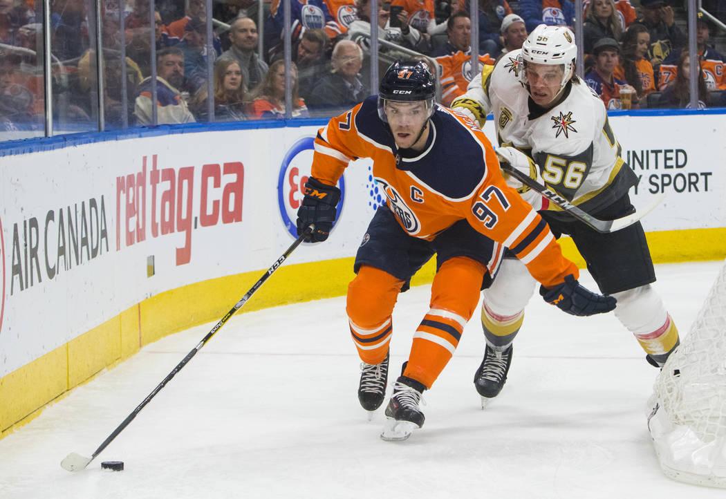 Erik Haula de Vegas Golden Knights (56) presiona a Edmonton Oilers Connor McDavid (97) durante el segundo juego de hockey de la NHL en Edmonton, Alberta, el jueves 5 de abril de 2018. (Amber Brack ...
