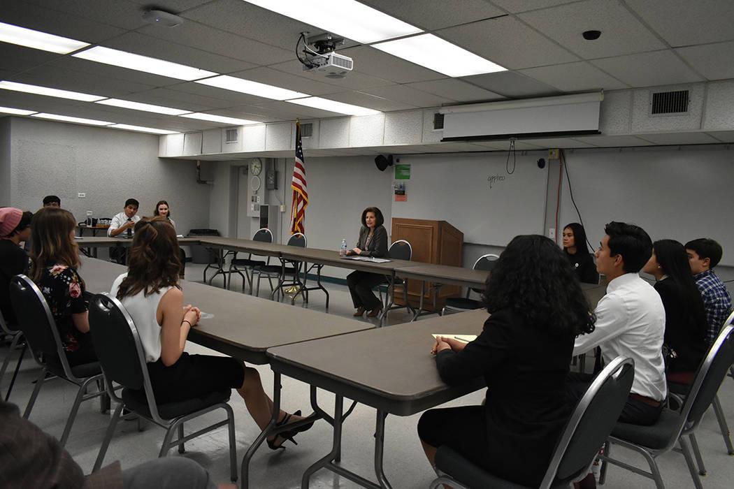 18 estudiantes participaron en una reunión con la senadora Catherine Cortéz Masto. Jueves 5 de abril de 2018 en la Academia de Artes de Las Vegas. Foto Anthony Avellaneda / El Tiempo.