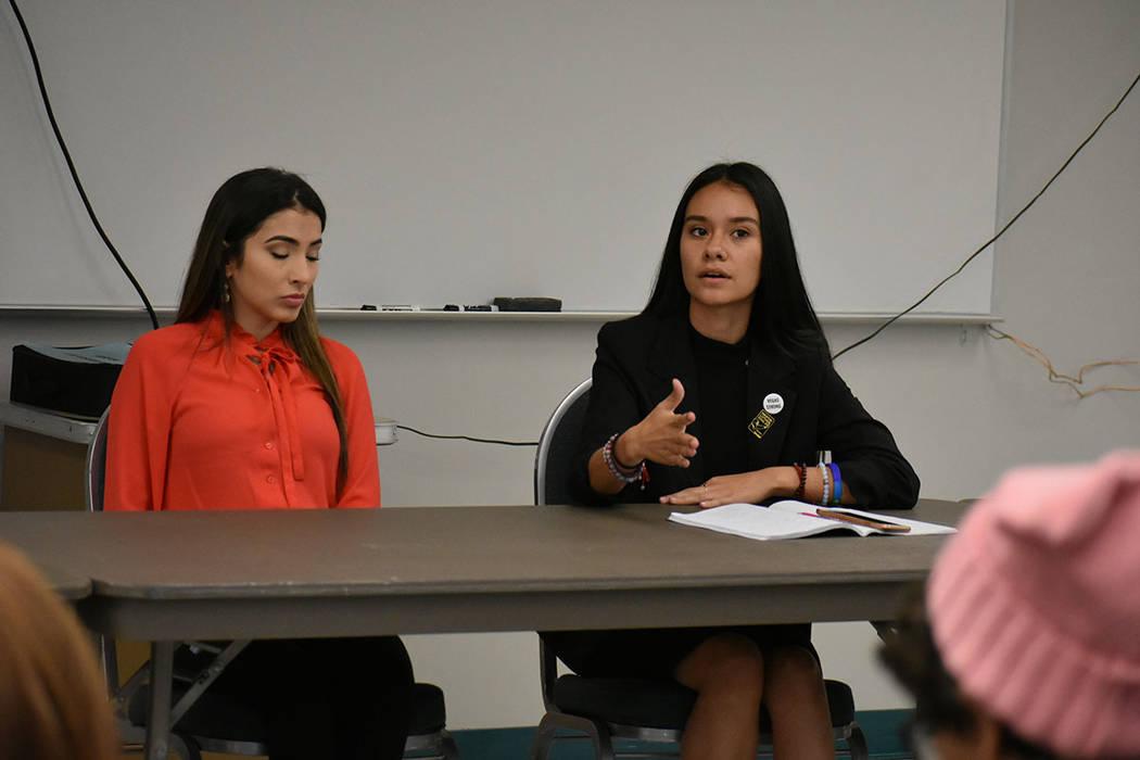 Paulina Guiza (derecha) fue una de las estudiantes más participativas durante la reunión. Jueves 5 de abril de 2018 en la Academia de Artes de Las Vegas. Foto Anthony Avellaneda / El Tiempo.