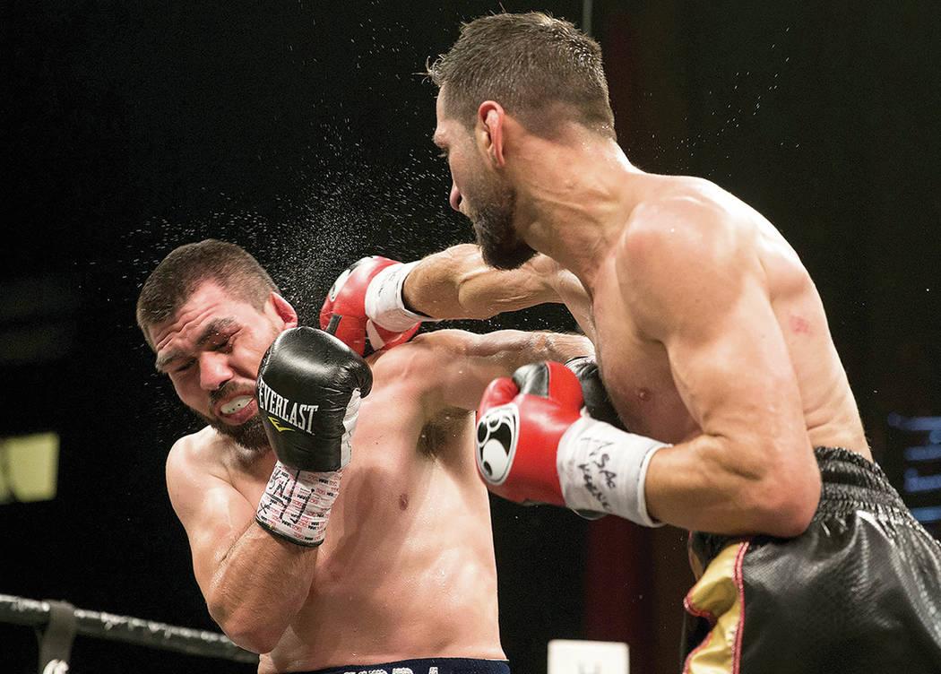 Sergio Mora, a la derecha, conecta un golpe contra Alfredo Angulo en la pelea de supermedianos en el hotel-casino Hard Rock en Las Vegas, el sábado 7 de abril de 2018. Mora ganó por decisión di ...
