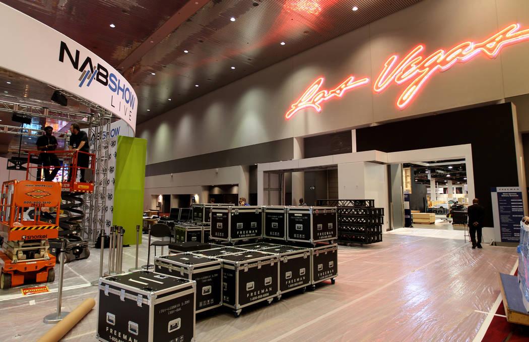 Los trabajadores se preparan para la próxima presentación de la Asociación Nacional de Locutores en el Centro de Convenciones de Las Vegas, el martes 3 de abril de 2018. (K.M. Cannon Las Vegas  ...