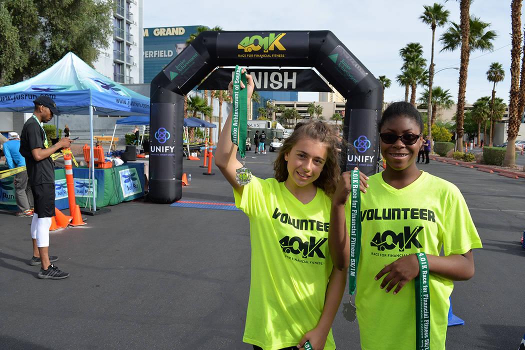 Las adolescentes Lauren y Rosie, voluntarias y estudiantes en escuelas locales, entregaron medallas a todos los que cruzaron la línea de meta. Sábado 7 de abril en el Hooters hotel y casino. Fot ...