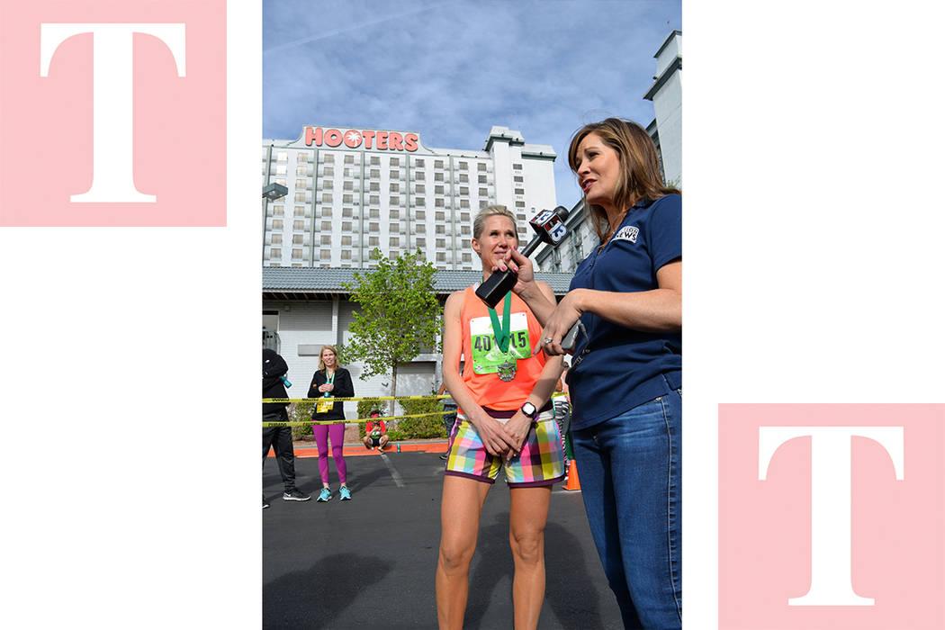 ¡We have a winner! Dijo Beth Fisher, al entrevistar en vivo a la ganadora de la carrera Michelle Simonaitis. Sábado 7 de abril en el Hooters hotel y casino. Foto Frank Alejandre / El Tiempo.