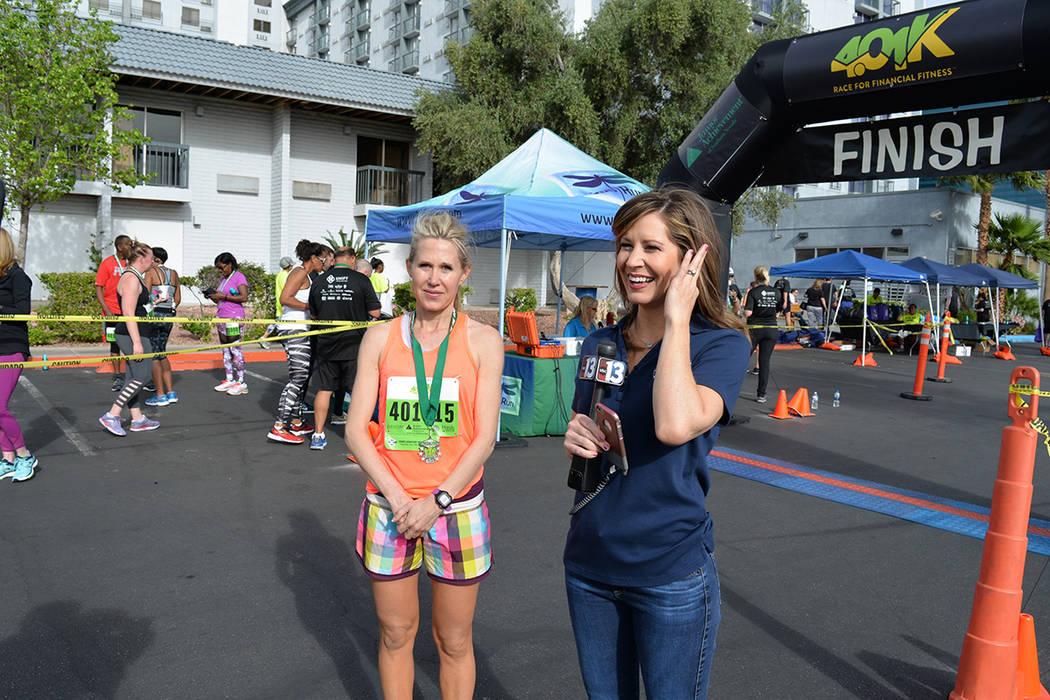 Las Vegas Review Journal nos apoyó desde el principio la carrera, es por ello que deseamos reconcer su trabajo con la siguiente placa, señaló la conductora del evento Beth Fisher, del Canal 13, ...