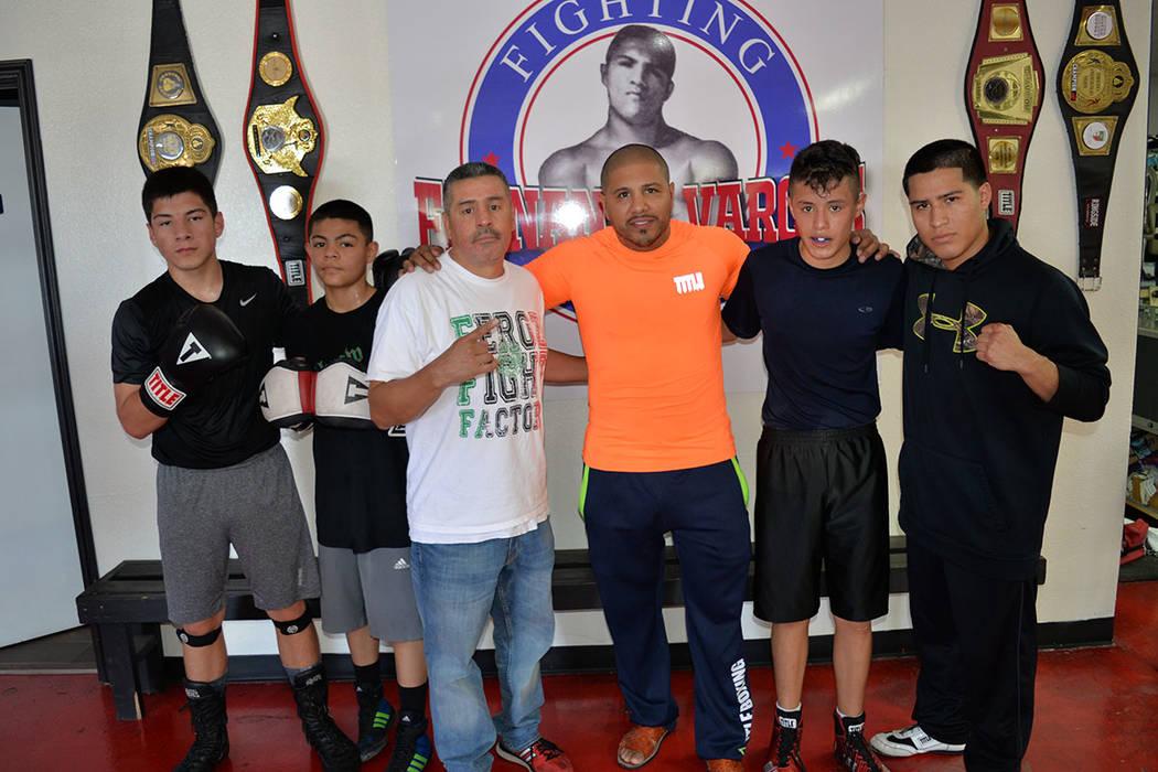 Fernando Vargas ayuda a los niños y jóvenes de North Las Vegas, a noquear a la adversidad. En la foto, desde la izquierda: Alex Valdez, Christopher Rocha, Frankie Avelar, Fernando Vargas, Aaron  ...
